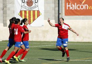 Pili Espadas celebra uno de los tantos del Collerense ante el Santa Teresa CD, en la Primera División Femenina.