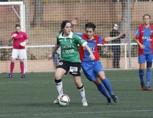 Isina y Alba Merino disputan un balón en el Levante UD - Oviedo Moderno de la Primera División Femenina.