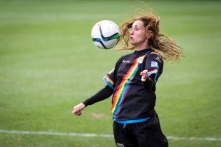 Saray controla el balón en el partido entre la Real Sociedad y el Rayo Vallecano, de la Primera División Femenina.
