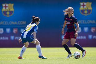 Alexia Putellas con el balón ante Rocamora.