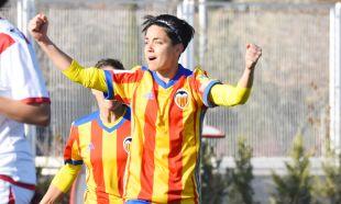 Con el 2-1 en el marcador, Carol Férez empató el partido para el VCF.