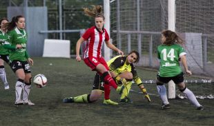 Irene Paredes intenta rematar en el Oviedo Moderno - Athletic Club de la Primera División Femenina.
