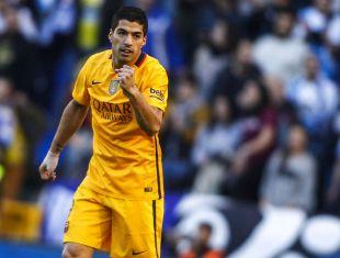 Luis Suárez celebra el primero de los cuatro tantos que anotó en Riazor.