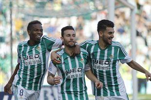 Musonda, Rubén Castro y Ceballos celebran el gol bético.