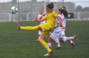 Estefa golpea un balón en el Rayo Vallecano - Santa Teresa CD de la Primera División Femenina.