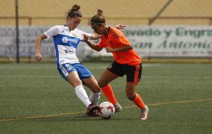 Marianela y Sandra disputan un balón en el Granadilla Egatesa - VCF Femenino.