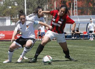 Ivana Andrés y Martín-Prieto en la disputa de la pelota.