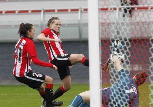 Irene Paredes remata a puerta en la jugada que significó el segundo tanto del Athletic.