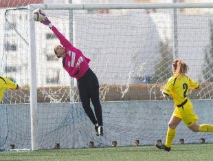 Sarita Serrat evita que el balón se introduzca en la portería en el partido entre el Sporting Huelva y el Oiartzun KE, en la Primera División Femenina.