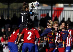 Lola se hace con el balón en el Atlético Féminas - FC Barcelona .