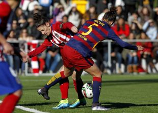 Esther y Melanie disputan un balón en el Atlético Féminas - FC Barcelona .