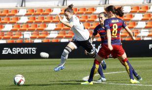 Claudia Zornoza se libra de dos contrarias en el VCF Femenino - FC Barcelona.