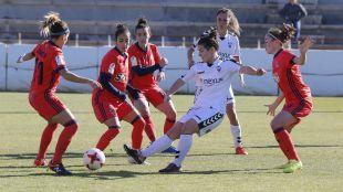 María Arranz, rodeada de rivales de la Real Sociedad.
