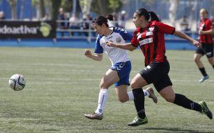 Cristina Martín Prieto pugna por el balón durante el T. Alcaine ZGZ - Sporting Huelva.
