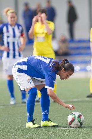 Anita, del Sporting Huelva, coloca el balón con mimo.