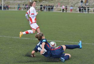 Vane, durante una jugada del partido entre el Rayo Femenino y el At. Madrid Féminas.