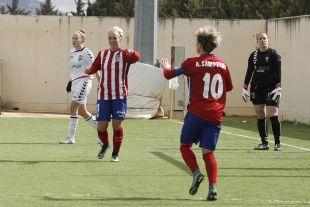 Priscila celebra con Amanda el segundo tanto en el F. Albacete - At.Madrid Féminas.