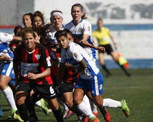 Una acción del partido entre el Granadilla Egatesa y el Sporting Huelva.