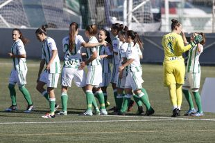 Los saludos de las jugadoras del R. Betis Féminas antes de jugar contra el Athletic.