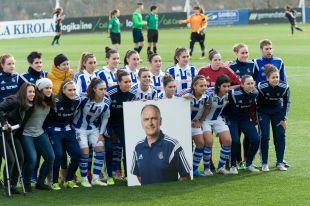 El equipo femenino de la Real Sociedad quiso rendirle homenaje, al inicio del partido ante el Rayo Vallecano, a Tximist, el readaptador físico del club fallecido la semana pasada.