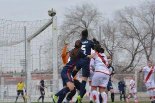 Un instante del partido entre el Rayo Femenino y el At. Madrid Féminas.