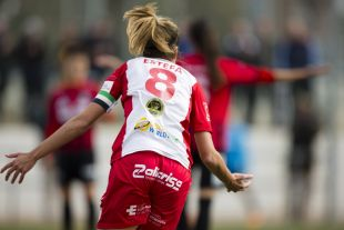 Estefa celebra el tanto que significó la remontada del Santa Teresa CD ante el Sporting de Huelva, en la Primera División Femenina.