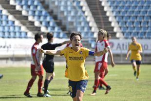 Amanda Sampedro celebra el primero de los tres goles del At. Madrid Femenino ante el Santa Teresa.