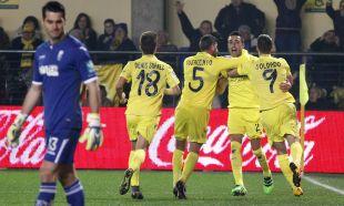 Los jugadores del Villarreal CF celebran el tanto de Bruno Soriano.
