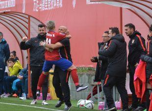Priscila abraza a Villa después de marcar el primer tanto del partido.