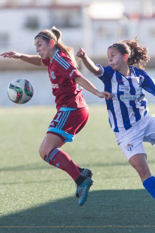 María Díaz intenta controlar un balón en el partido entre el Sporting Huelva y la Real Sociedad, que se saldó con empate a cero, en la Primera División Femenina.