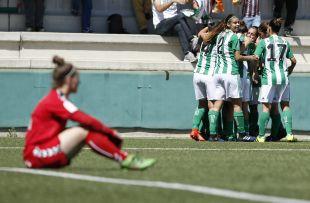 El Betis celebra el gol de Paula Moreno.