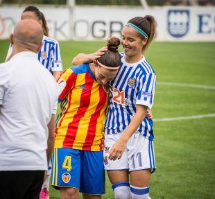 Claudia Zornoza, ex jugadora del VCF Femenino, saluda a Saló, futbolista del conjunto che.