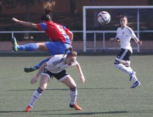Guti y Joyce disputan por un balón en el partido entre el Levante Femenino y el VCF Femenino.