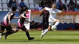 Maca, del F. Albacete, controla el balón ante la presencia de las futbolistas del Rayo.