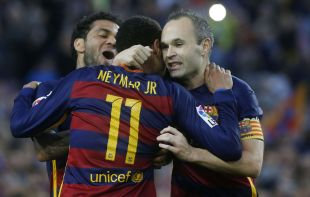 Iniesta y Alves felicitan a Neymar.