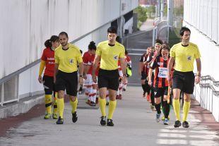Saltan al campo las jugadoras de Rayo y Sporting.