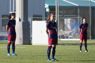 Las jugadoras del FC Barcelona guardan un minuto de silencio por los sucesos de París durante el partido que le enfrentó al UD Collerense.
