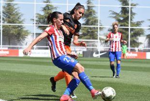 Corredera y Débora disputan la pelota.