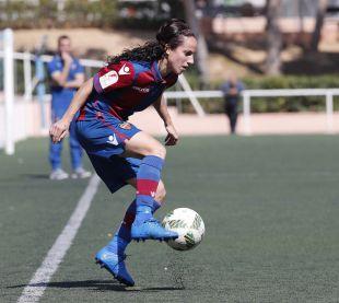 Alharilla controla el balón en el partido disputado ante el Sporting Huelva.