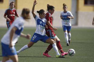 Zelaia y Silvia pugnan por un balón en el partido disputado entre el UD Granadilla Tfe Egatesa y la Real Sociedad femenina.