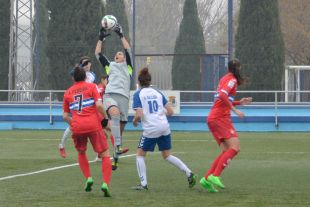 Meru ataja el balón en la victoria del RCD Espanyol ante el Transportes Alcaine.