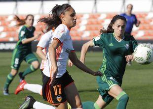 Débora intenta hacerse con el balón durante el VCF Femenino - R. Betis.