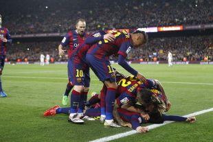 Los jugadores del Barcelona celebran el tanto de la victoria