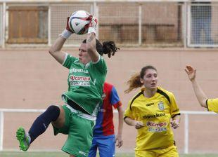 Oihana atrapa el balón en el partido disputado entre el UD Levante y el Oiartzun KE.