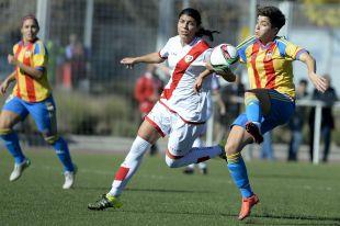 Carol y Jeni pugnan por el balón durante el enfrentamiento entre el Rayo Vallecano y el Valencia CF.