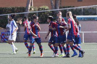 Las jugadoras del Levante celebran uno de los dos tantos que les dieron la victoria ante el Sporting Huelva.