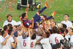 Xavi fue manteado por sus compañeros sobre el césped del Camp Nou