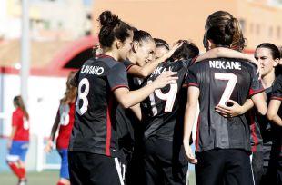 Las jugadoras del Athletic Club femenino celebran el tanto de Erika Vázquez ante la UD Collerense.