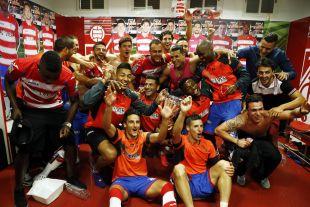 Los futbolistas del Granada, durante su celebración en los vestuarios