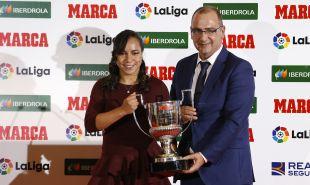 La jugadora del Levante UD Charlyn Corral recibió el trofeo a la máxima goleadora de la Liga Femenina Iberdrola de manos del director de Marca Juan Ignacio Gallardo